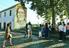 Florinda, última mulher nos arrozais tradicionais. Obra do artista Vhils localizada na Rua Dr. Dionísio de Moura 73, junto à estação da CP de Estarreja