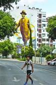 Fernando Pessoa de oito andares precisou de 200 latas de spray, na Rua Manuel Ribeiro de Paiva, Falagueira, Amadora. Obra do artista Odeith