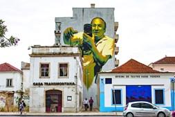O fotógrafo do Barreiro para o País. Obra do artista Sérgio Odeith na Avenida da Praia, no Barreiro