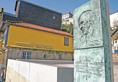 Duque da ribeira resgatava do mar na Praça Duque da Ribeira, Porto. Obra do artista José Rodrigues