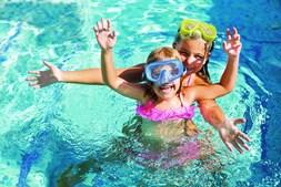 Banhos de crianças em praias e piscinas obrigam a vigilância permanente por parte dos nadadores- -salvadores e família