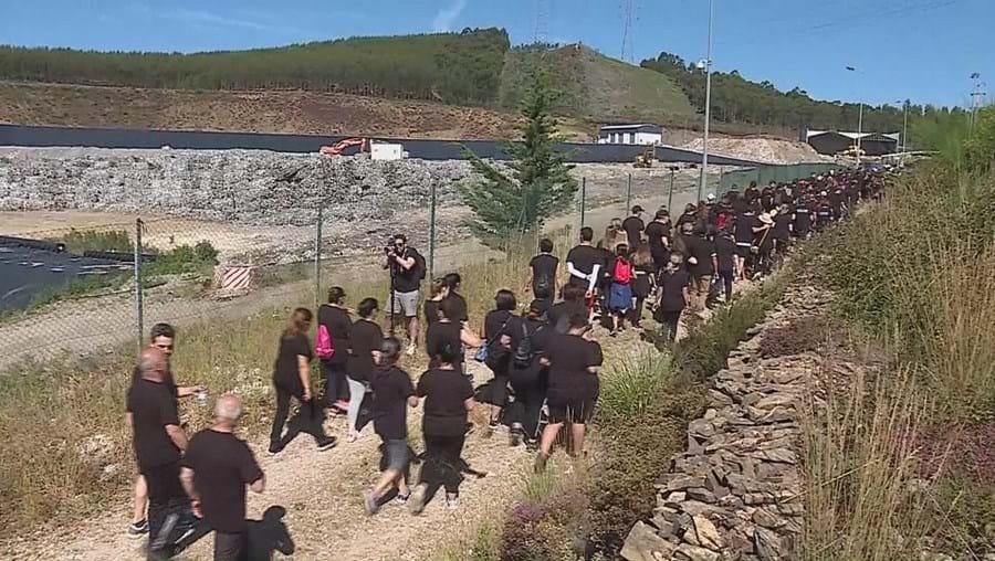 Centenas de pessoas caminham vestidas de negro contra crime ambiental em Valongo