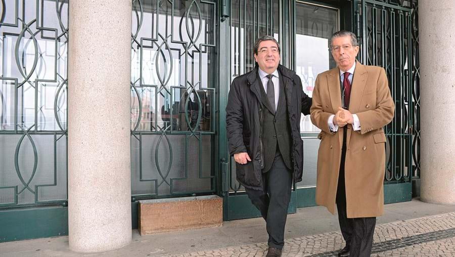 Vítor Pereira, presidente da Câmara da Covilhã (à esquerda), com o seu advogado, durante julgamento no ano passado
