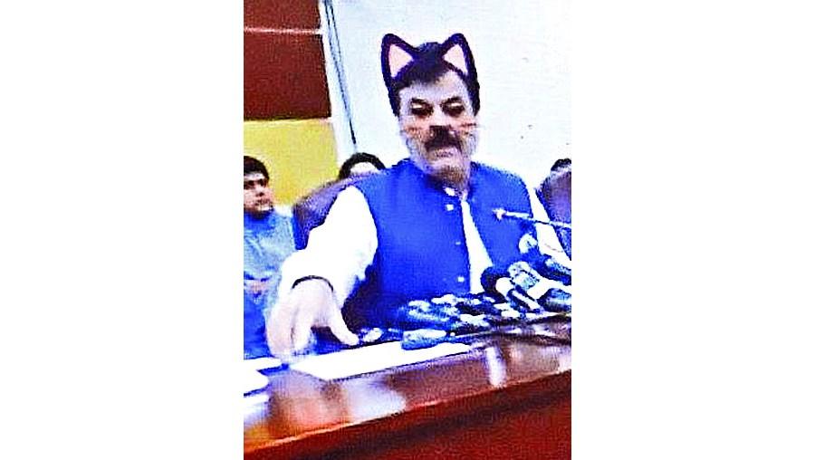 Político paquistanês surge... com bigodes de gato