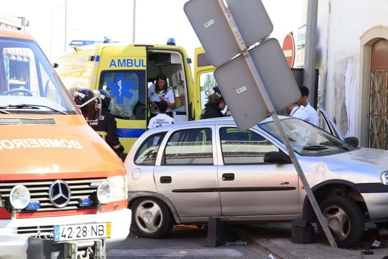 Opel Corsa investiu, desgovernado, contra o banco onde estavam as duas vítimas. Firmino Chaparro, de 70 anos, morreu, e o amigo, de 83, ficou ferido