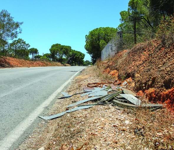 Destroços no local onde o posto de transformação caiu da carrinha