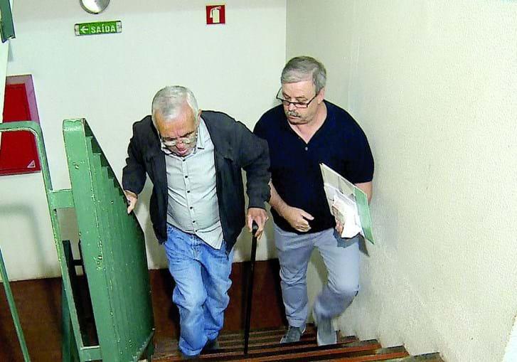 Moradores com mobilidade reduzida forçados a subir escadas