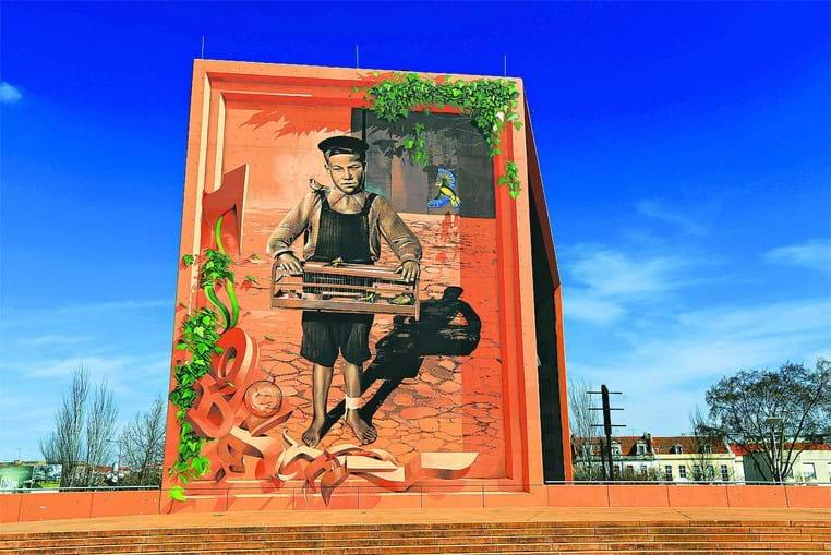 Em Setúbal, no Auditório do largo José Afonso, 'O rapaz que vendia pássaros na cidade de Setúbal' do artista Odeith