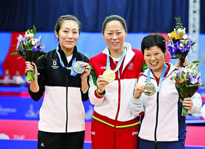 Fu Yu, ao centro, conquistou a segunda medalha de ouro para Portugal