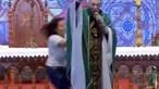 Padre Marcelo Rossi empurrado de altar por mulher durante missa em direto
