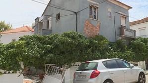 Incêndio em prédio devoluto faz um morto na Costa da Caparica