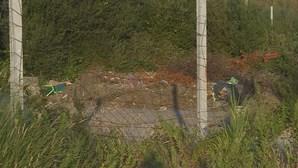 Ossadas humanas e restos de caixões encontrados em estaleiro na Feira