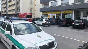 Homens encapuzados e armados com shotgun assaltam cliente de um banco em Braga
