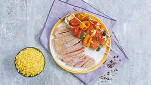 Receita com apenas cinco ingredientes: espetadas arco-íris de legumes com atum