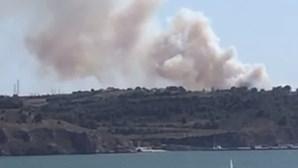 Incêndio com quatro meios aéreos ameaça casas na Costa de Caparica. IC20 está cortado