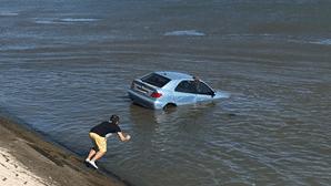 Homem atira-se ao rio Tejo e salva mulher presa em carro. Veja as imagens