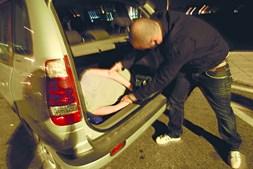 Raptores tentaram colocar a vítima na bagageira de uma viatura, durante a madrugada, numa rua de Sintra