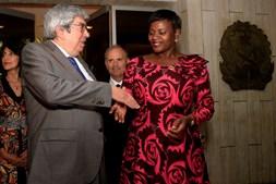 O presidente da Assembleia da República, Eduardo Ferro Rodrigues, conversa com a 1ª vice-presidente do parlamento angolano, Emília Carlota Dias