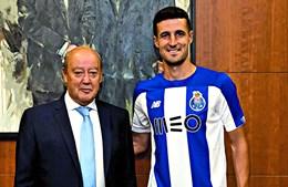 Iván Marcano ao lado de Pinto da Costa durante a oficialização do espanhol como reforço