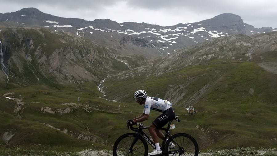 Queda de granizo cancela parte final da antepenúltima etapa da Volta a França em bicicleta