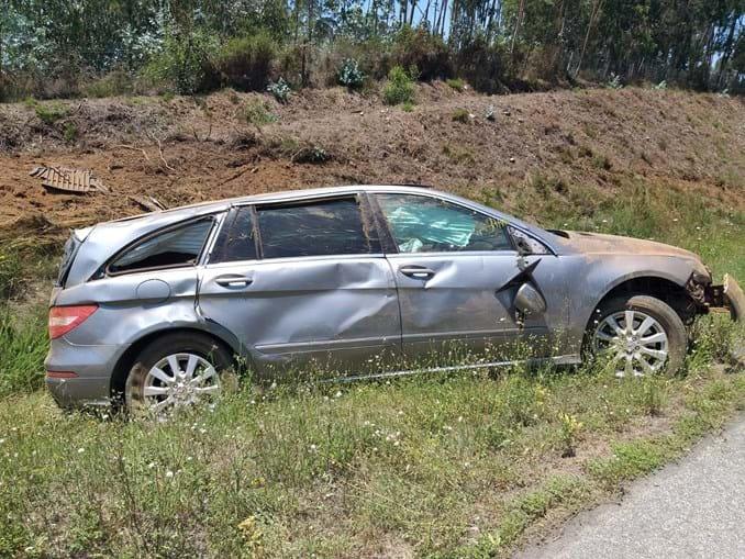 Dois jogadores menores entre seis feridos em despiste de carro na A1