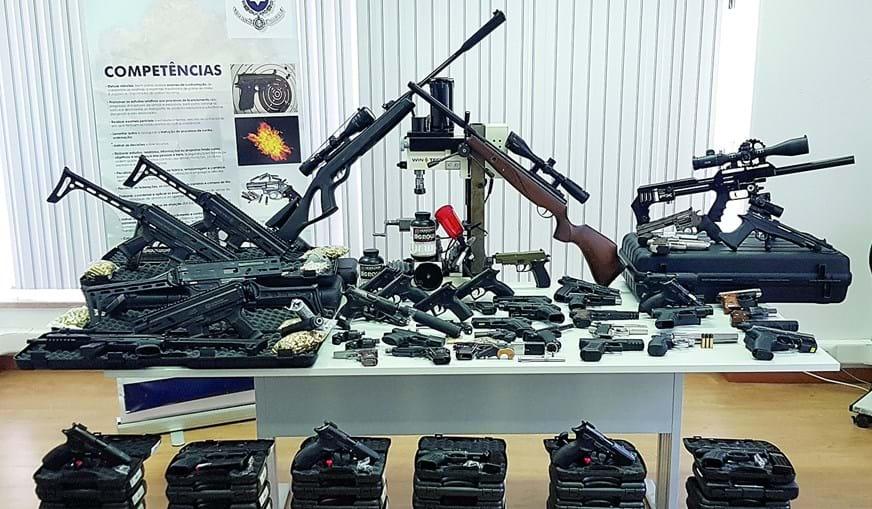 Além de armas da classe 'flobert' compradas online na Eslováquia, a dupla deslocava-se à República Checa para adquirir armas de vários calibres
