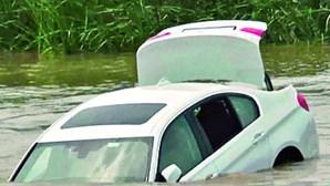 Jovem atira carro oferecido pelo pai para o rio porque não era um Jaguar