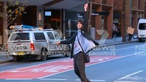 Populares detêm homem que esfaqueou mulher no centro de Sydney