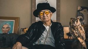 Avô de 85 anos torna-se ícone da moda e estrela nas redes sociais