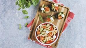 Experimente esta receita fácil e saudável: salada colorida com massa integral