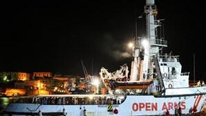 """Migrantes do """"Open Arms"""" já desembarcaram em Lampedusa"""