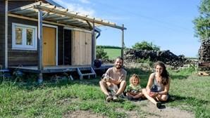 """Ricardo e Mafalda: o casal português que construiu uma casa móvel """"que vive do sol e da chuva"""""""