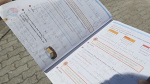 Alunos recebem manuais escolares já escritos e em mau estado