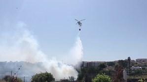 Bombeiro e civil feridos no combate às chamas no Monte da Caparica