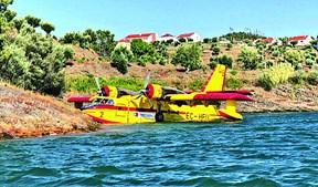 Avião amarou na  barragem de Castelo de Bode