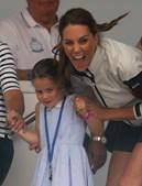 Charlotte mostrou a língua aos fotógrafos e fez lembrar o tio Harry