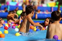 Piscinas e insufláveis para toda a família prometem muito divertimento no Splash Seixal