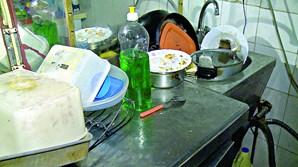 Baratas e lixo em garagem sem água quente para gémeas em bairro da Amadora