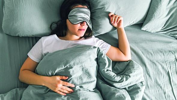 Sente que está a cair quando está prestes a adormecer? Especialista do sono explica porquê