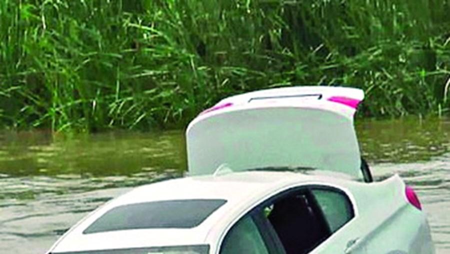 Jovem atira carro oferecido pelo pai para o rio porque não era um Jaguar 7