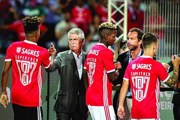 Luís Filipe Vieira festejou conquista da Supertaça com os jogadores e pediu-lhes depois foco total para o arranque do campeonato
