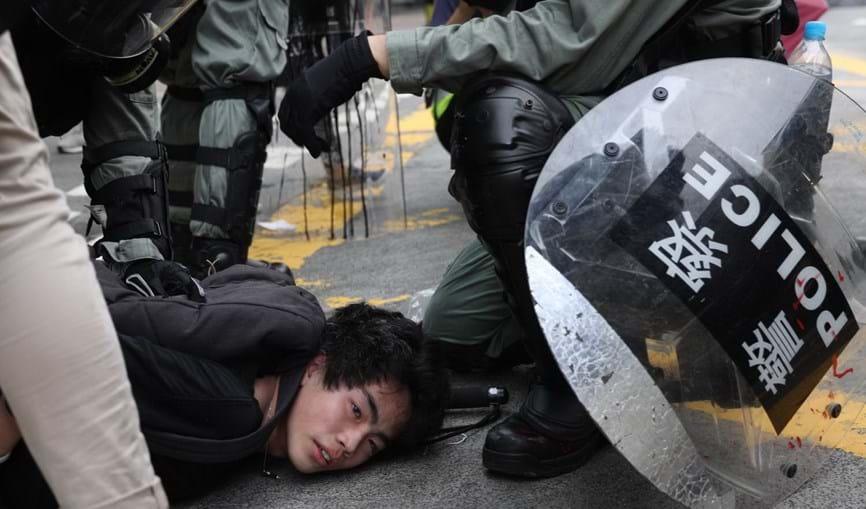 Polícia recorre a gás lacrimogéneo e cassetetes para desmobilizar manifestantes em Hong Kong