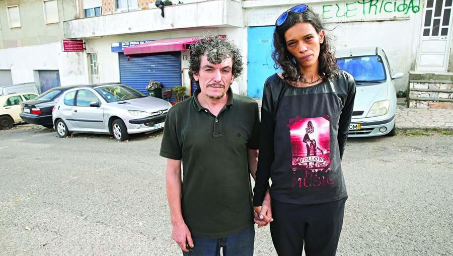 João e Mariana vivem numa garagem da Amadora sem condições