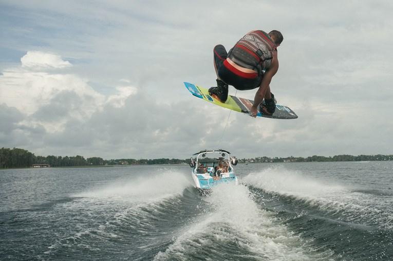 Elite do ski e wakeboard mostra manobras nas águas de Montargil