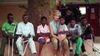 Meghan e Harry visitam campo de minas em Angola onde Diana foi fotografada em 1997
