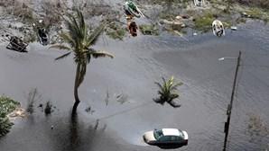 Pai cego carrega filho com paralisia cerebral para o salvar da devastação do furacão Dorian
