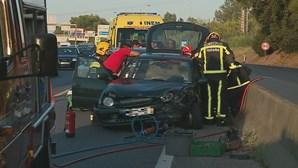 Colisão entre dois carros faz dois feridos no IC20 em Almada