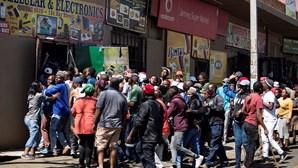 """""""Os Zulus dizem que não querem estrangeiros"""": Loja portuguesa em Joanesburgo destruída em ataque"""
