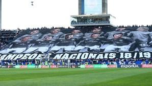 Tarja com fotografias de árbitros e António Costa vale multa ao FC Porto