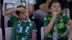 Vídeo de rapaz menor apanhado a fumar durante jogo de futebol torna-se viral